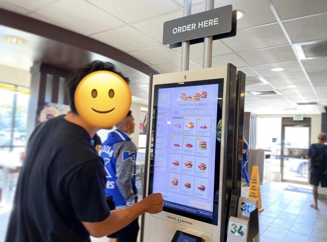 bosyuさんのハワイ#お土産ツイート②▶︎ハワイのマクドナルド編注文とカード決済が機械で完結よき。お肉が全体的にボリューミーで、3枚目のバターミルク・クリスピーチキンはサイドメニューでなくメインでも十分な食べ応え😋パッケージがフォトジェニックでかわいいのも注目💘