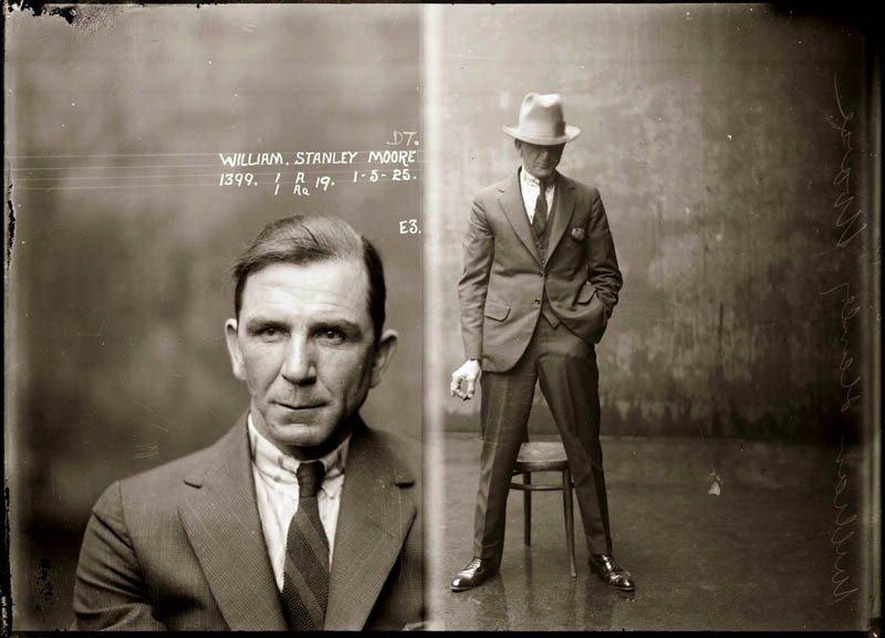 「マグショット」(1920年代)。警察に逮捕された犯罪者たちの写真です。法執行機関が逮捕者の識別を可能にするため撮影しました。彼らは、麻薬取引、殺人、窃盗などの罪を犯したものの、カメラに向かって、好きなようにポーズをとることができました。書肆ゲンシシャでは犯罪の写真集を扱っています。