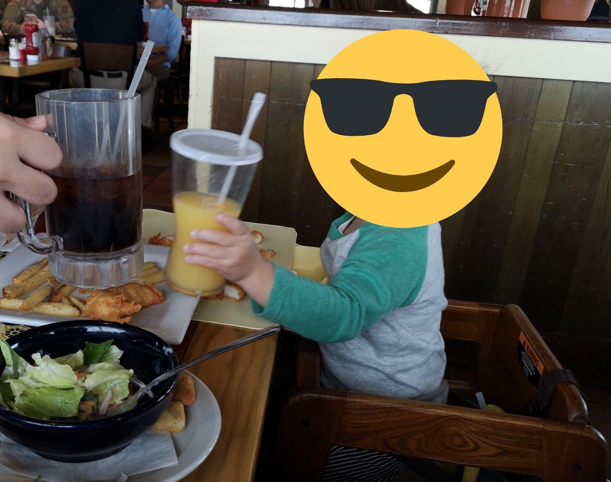 今日お昼御飯中に、乾杯を覚えたての息子がかみさんとひとしきり乾杯するのに飽きていたタイミングでお兄さんが乾杯相手を名乗り出てくれたので、お兄さんと仲良く乾杯する息子。私「良かったなぁ、2broの兄者さんと乾杯できる子供はなかなか居ないぞ~」