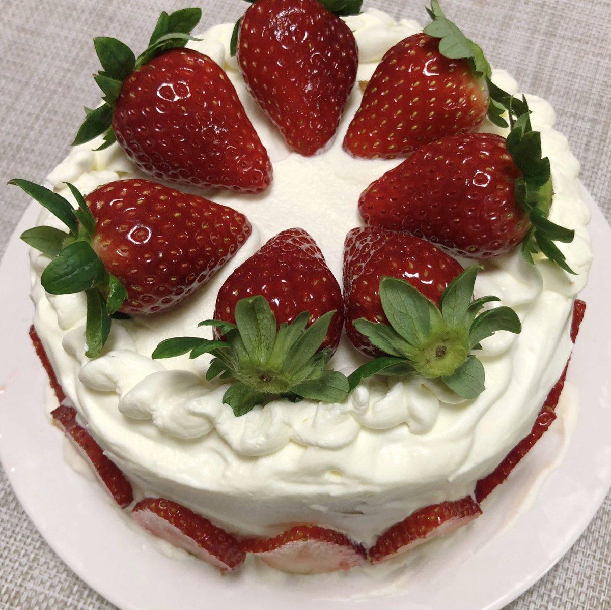 22歳になりました!日付変わった瞬間からたくさんのメッセージありがとう😭😭うるうるしながら読んでます🥺今年もケーキはお母さんが作ってくれました🍰🍰これからも自分らしく精一杯頑張っていくのでよろしくお願いします!