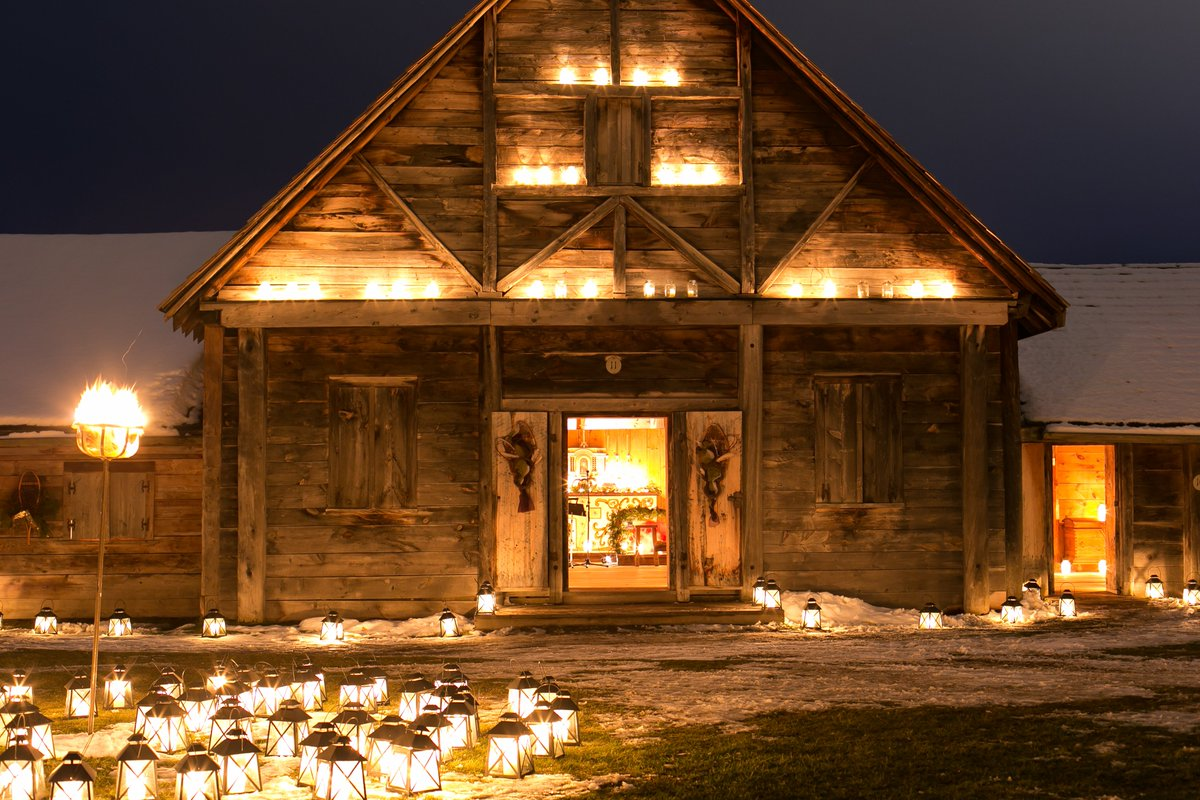5,000 candles will illuminate Sainte-Marie among the Hurons for the 20th annual FIRST LIGHT. This 17th century historic site, north of #Barrie, will feature folk songs, historic blacksmithing, hands-on demonstrations & more. 🕯️ #TravelTuesday  https://t.co/AB28W4lh95 https://t.co/oHI2355CF0