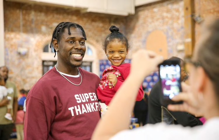 As part of the @PelicansNBA Season of Giving, @Jrue_Holiday11 and family hosted his annual Turkey Day with Holiday @KingsleyHouse to give thanks to local families! #PelicansCommunity #SeasonofGiving #NBACares – at Kingsley House