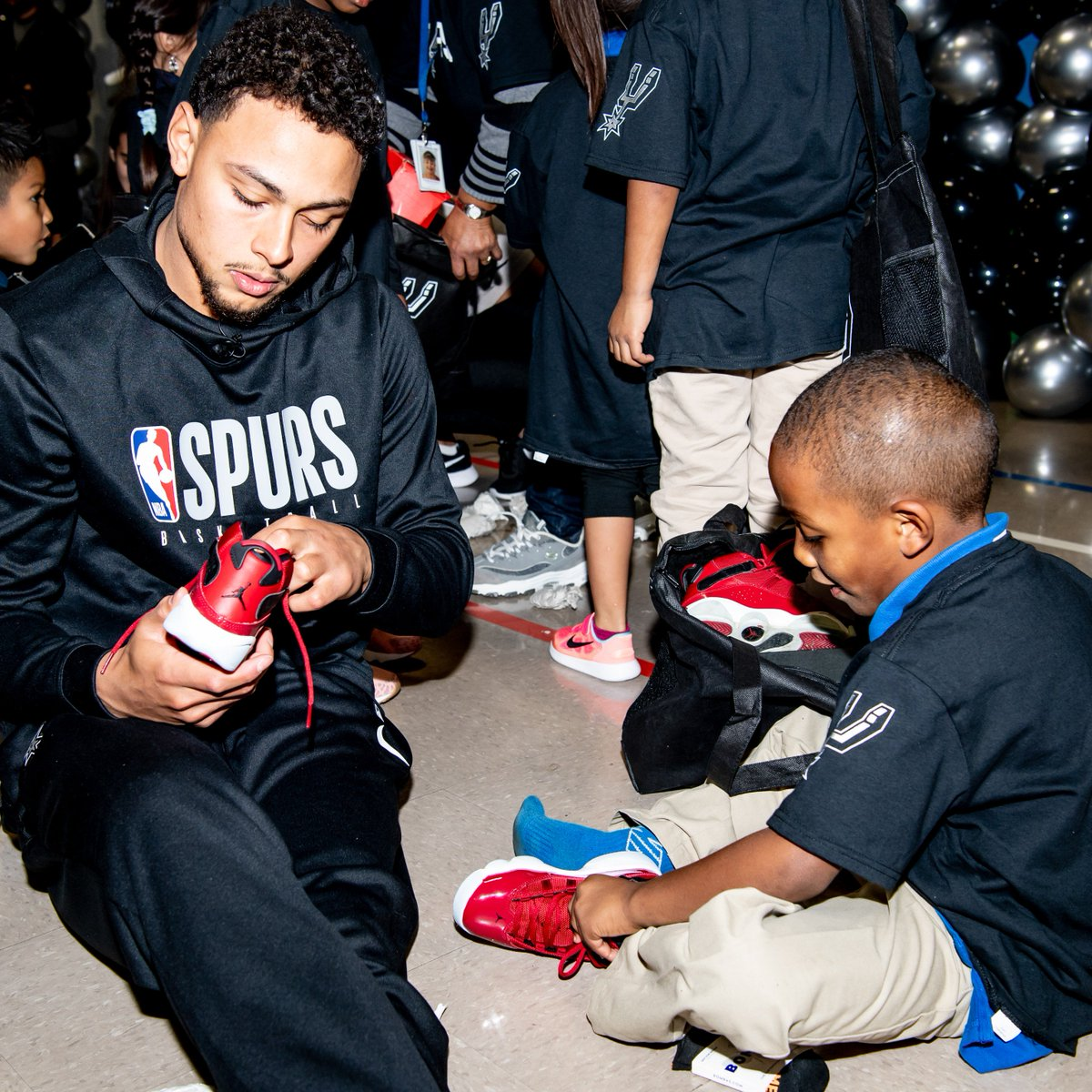 Earlier this month, Bryn and Coach Pop teamed up with @ShoesThatFit to deliver new kicks to over 450 students and teachers at Washington Elementary!  #SeasonOfGiving | #SpursFamily
