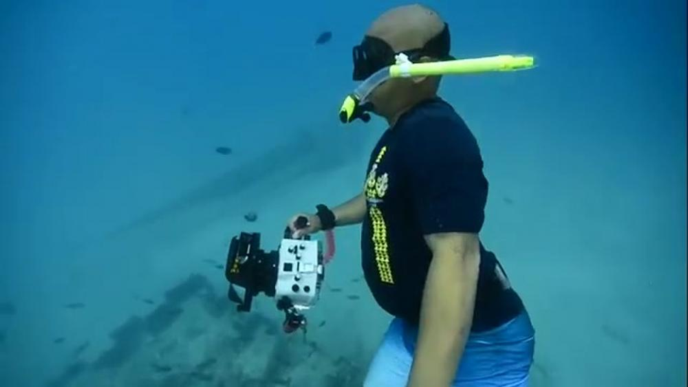 Submerged FTCS Vien (Bob) Nguyen loves spending his time underwater and not just because he is a submarine Sailor. https://www.dvidshub.net/video/692649/submerged… #Submarine #USNavy #AmericasNavy #ForgedByTheSea #NavyRecruiter #AllHands #Underwater #Photography #Hawaii #Snorkle #Happy #FridayMotivation