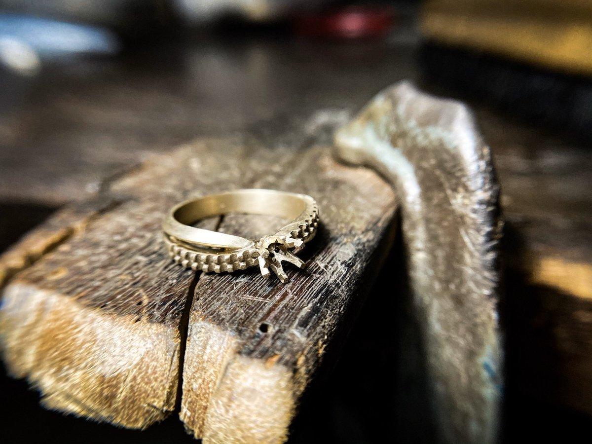 แหวนทองขาวเพชรเม็ดชู บ่าข้าง2ก้านแบบไขว้ ตัวเรือนขึ้นเสร็จเรียบร้อย เตรียมส่งฝังเพชรน้ำงามๆ ——— #แหวนเพชร #แหวนหมั้น #แหวน #แหวนแต่งงาน #รับทำแหวนแต่งงาน  #รับทำแหวนเพชร #เพชร  #แหวนทองคำขาว  #รับสร้างแบรนด์ #รับสร้างแบรนด์จิวเวลรี่ #ring #diamond #weddingring #silomjewelry
