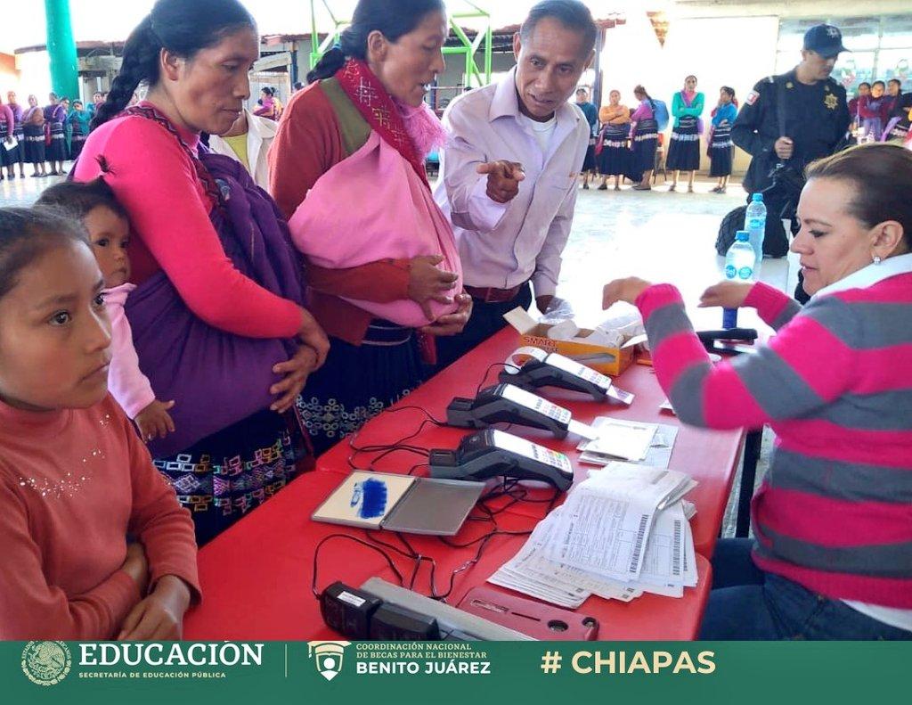 Porque las y los niños de #México  no son el futuro del país, también son el presente 👧🏽👦🏽  Entregamos becas de #EducaciónBásica a madres de familia en Chixtontic, municipio de Tenejapa, #Chiapas 🇲🇽  #BecasBenitoJuárez 📚