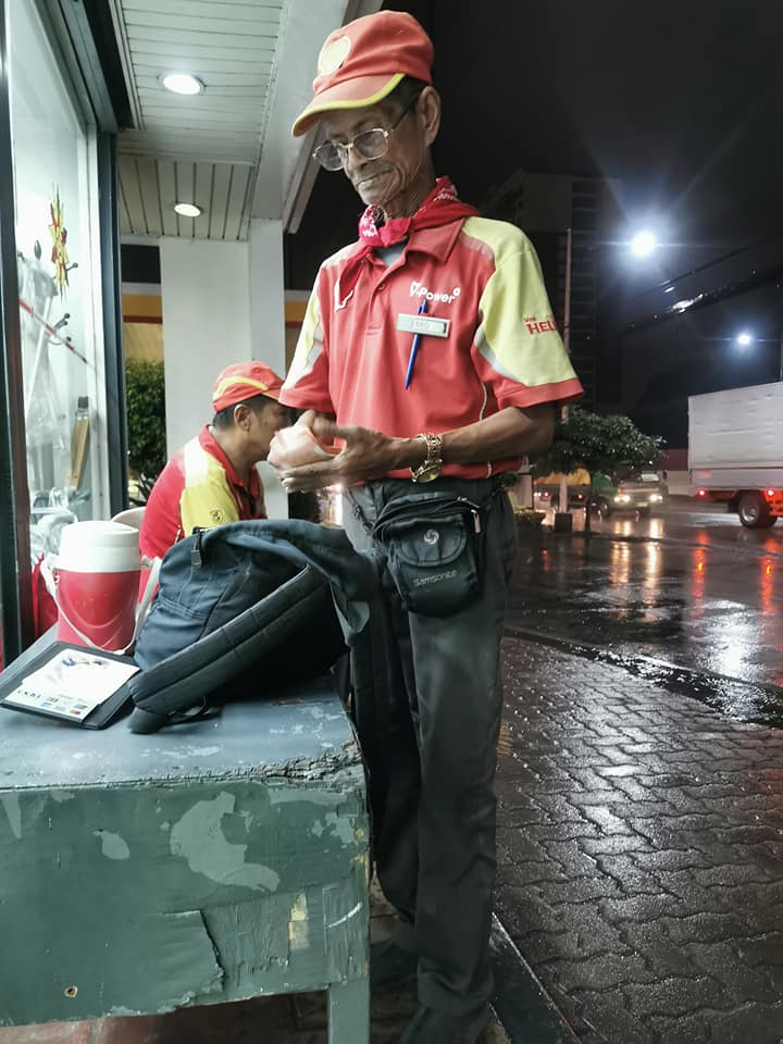 PRODUCTIVE AT 68!A netizen spotted this elderly man who voluntarily works at the air and water section of a gasoline station in exchange for tips from motorists. (Photos courtesy of Kewol Oro)