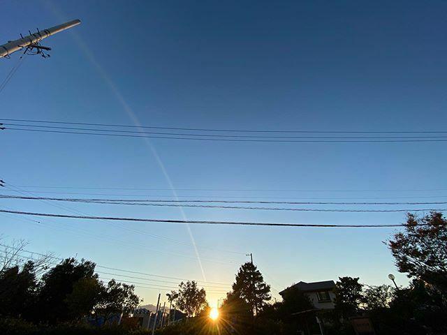 #さっきの空 光がピューッて噴き出してた⛲️ . #今日の陽はさようなら #夕陽 #夕日 #夕空 #sunset #太陽 #sun #サッキソラ #サッキノソラ #ノンフィルター #ノーフィルター #青空 #あおぞら #bluesky #空 #そら #sky