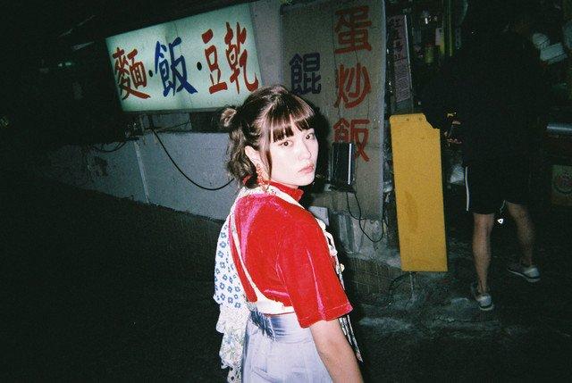 SHE IS SUMMERが台湾のY字路で踊る「嬉しくなっちゃって」MV(動画あり / コメントあり)