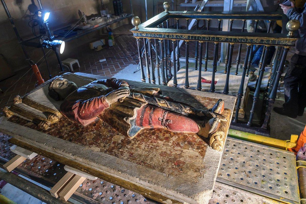 Este lunes hemos abierto el sepulcro del Infante Don Pedro, hijo de Enrique II, que murió en 1366 tras caer por una de las ventanas del Alcázar de Segovia.En su interior se ha encontrado un cofre rojo que guardaba restos óseos y vestimenta http://catedralsegovia.es/es/noticias/los-restos-del-infante-don-pedro-al-descubierto…