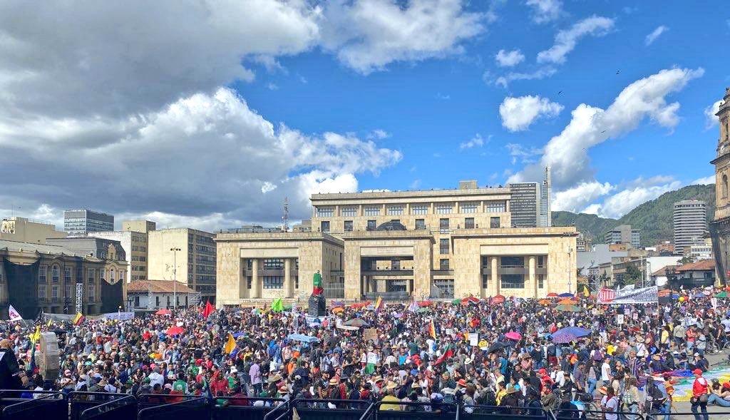 Presidente @IvanDuque estas son fotos de hoy de algunas partes del país. Manifestaciones gigantescas y pacíficas en toda Colombia. La clase dirigente tiene una deuda histórica con la sociedad; es hora de escuchar. #ElParoContinúa4D#ElBaileDeLosQueSobran