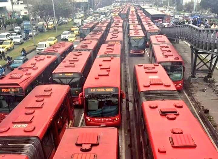 Transmilenio con paro // Transmilenio sin paro.Yo también marcho por un sistema de transporte digno, público y que no contamine, que no sea un negocio privado de unas cuántas familias. #ElParoContinua4D 🤷🏻♂️