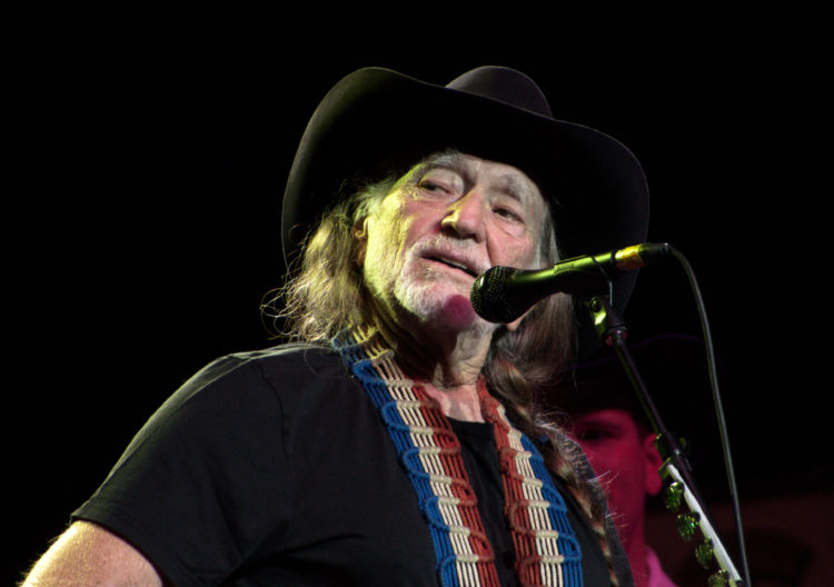 Willie Nelson has not given up weed - Top Tweets Photo