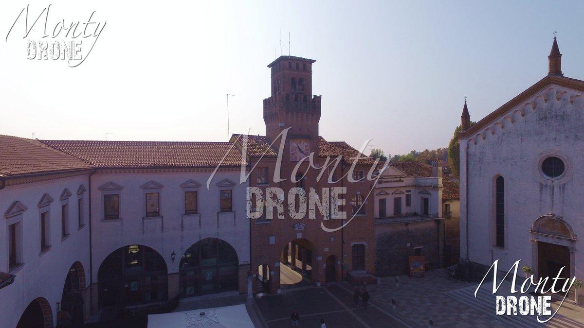 """Un #volo in #piazzaoderzo vicino al #duomo la """"Porta Trevisana"""" con il suo #orologio A #flight in #oderzo near the #cathedral with """"Porta Trevisana"""" with the #clock info https://it.m.wikipedia.org/wiki/Piazza_Grande_(Oderzo)… #drone #droneinstagram #droneaffair #droneaffairs #sunnydaypic.twitter.com/K8An34VBjB"""