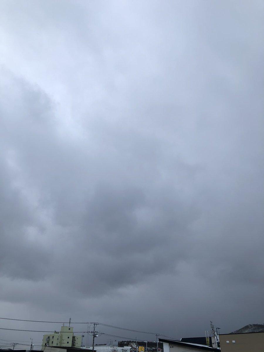 Taku on Twitter: おはようございます (*´∇`)ノ  本日 曇り☁️スタート。 気温 -2.6℃。  さっきまで 雪が降っていた。 風は昨日よりマシだけれど、時折、強くなったり。 まだ雪❄️は降りそうです。 . . 息を吸うと咳き込むような 氷の空気、指を晒せばすぐに凍てついてしまう。  #イマソラ #アサソラ…