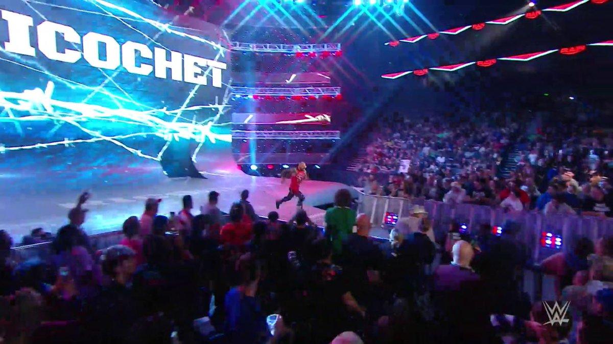 #TheOC buscaban pelea con @RandyOrton, y @KingRicochet @humberto_wwe & @reymysterio llegaron para rescatarlo! #RAW #WWExFOX