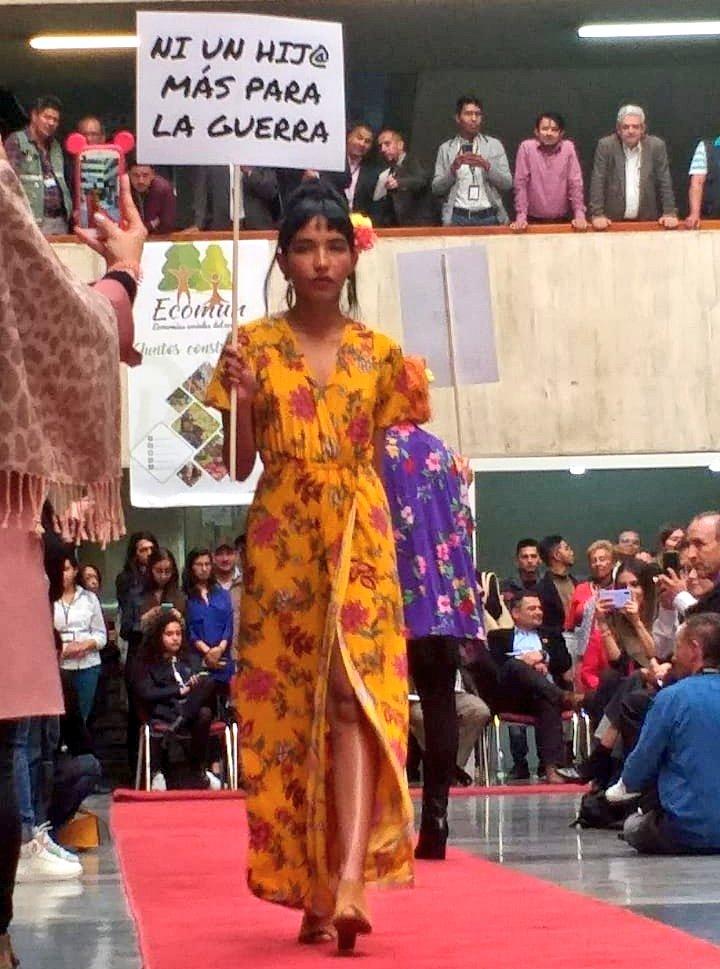 """""""Faites la mode, pas la guerre"""" : en Colombie, d'ex-guérilleros reconvertis sur les podiums"""