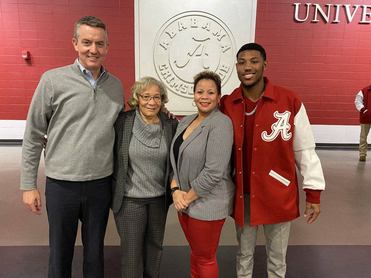 Tonight is a special night for @UA_Athletics as we award letter jackets to many of our student-athletes. @darealdealsmith from @AlabamaBSB got his jacket! PLUS his mom, @Fes1908, AND GRANDMA @wmevans12 both are here too! Not to often you see Grandma on @Twitter! #RollTide
