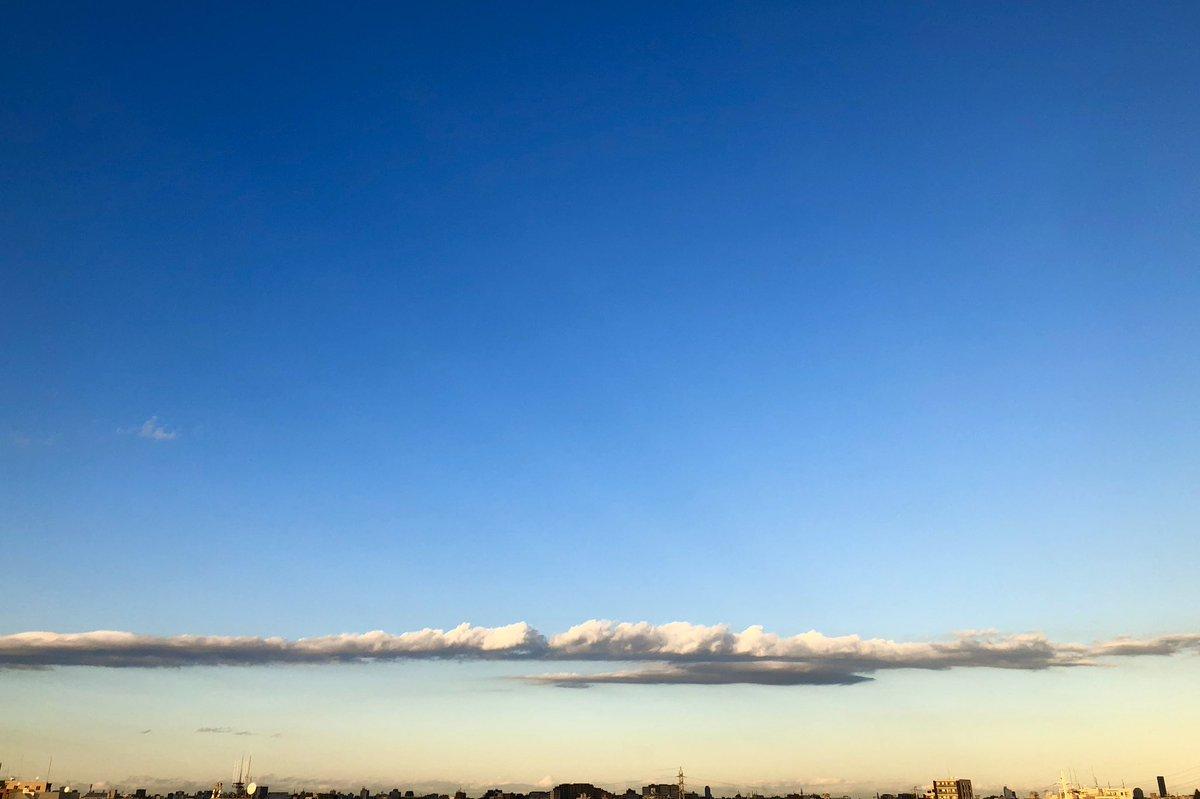 なんか細長くてそれでいて程よく重厚感のある雲が目の前にあったのでたまには深い意味もなくそんな写真でも上げてみます。世の中に不必要なものなんてないんだぜ論→