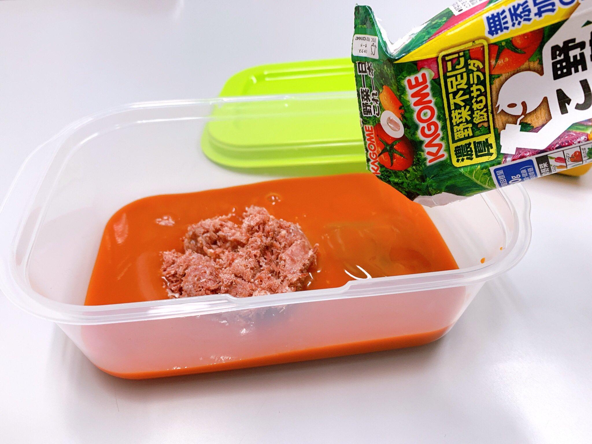 簡単コンビーフカレーの作り方(1人前) ①フードコンテナにコンビーフ50g位、野菜ジュース200ml、カレールー1片をいれ、軽く蓋をし750Wの電子レンジで3分半加熱(途中でかき混ぜルーを溶かす) ②お皿にご飯と一緒に盛り付ければ完成! 包丁使わないよ!やったー!