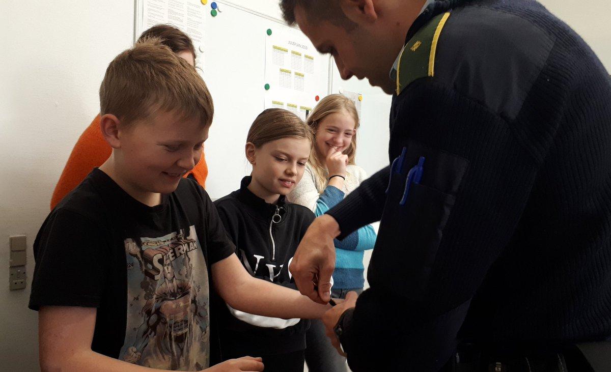 En hyggelig formiddag i selskab med en lille flok skolebørn fra Jejsing Friskole. Det er altid et hit at få lov til at prøve politiets håndjern. #politidk https://t.co/3xoWDDZw7w