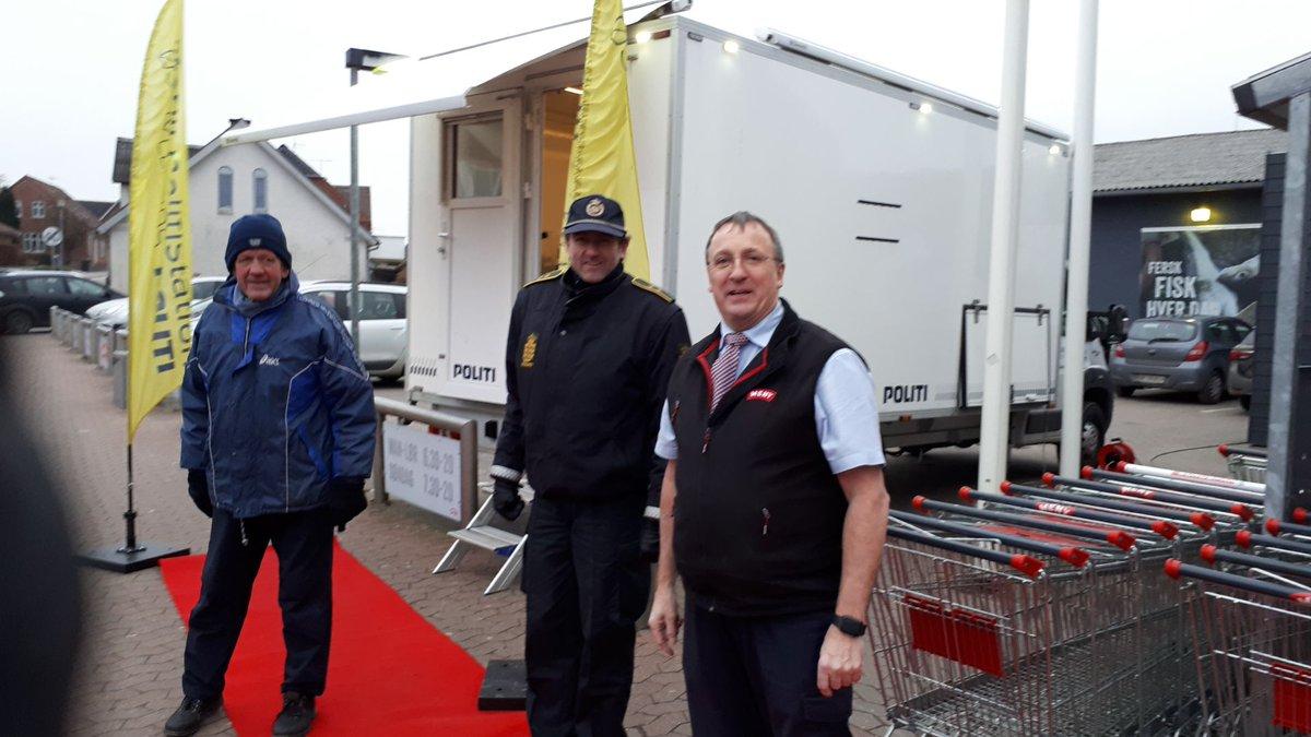 Betjentene Jesper og Lars kører i dag til Thorsø med den mobile politistation. De står klar til en snak omkring kl. 14-18. Alle er velkomne til at kigge forbi. #politidk https://t.co/zCBgzcgme7