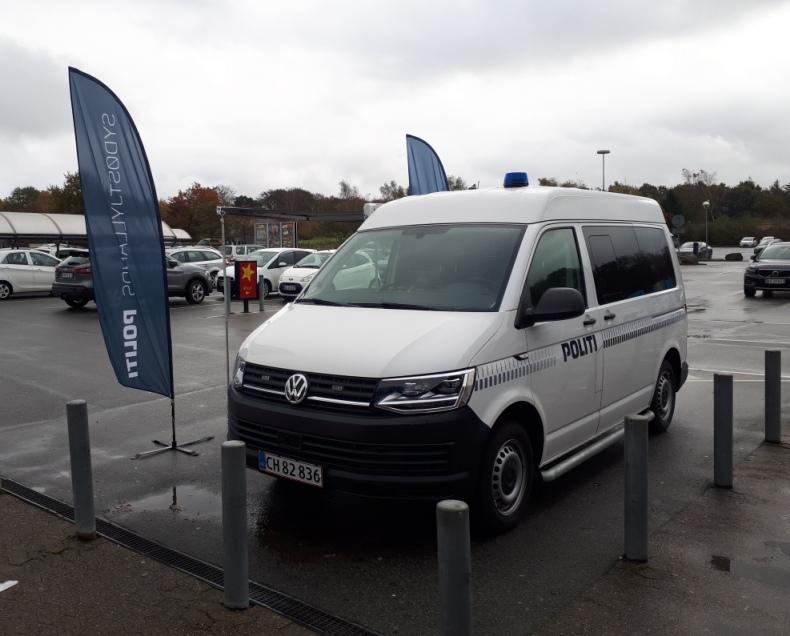 Kommer du forbi Dagli'brugsen i Glud ved Juelsminde i dag tirsdag den 3. december, så holder vi her med den mobile politistation fra kl. 15.00 – 17.00. Kig forbi og få en snak med dit politi. #politidk https://t.co/o6UzbIU2cP
