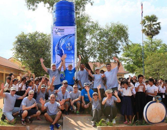 Un château d'eau peut fournir de l'eau propre à 1000 personnes par jour ! La semaine dernière, clients, collaborateurs @XylemInc et la @PlanetWaterLiv...