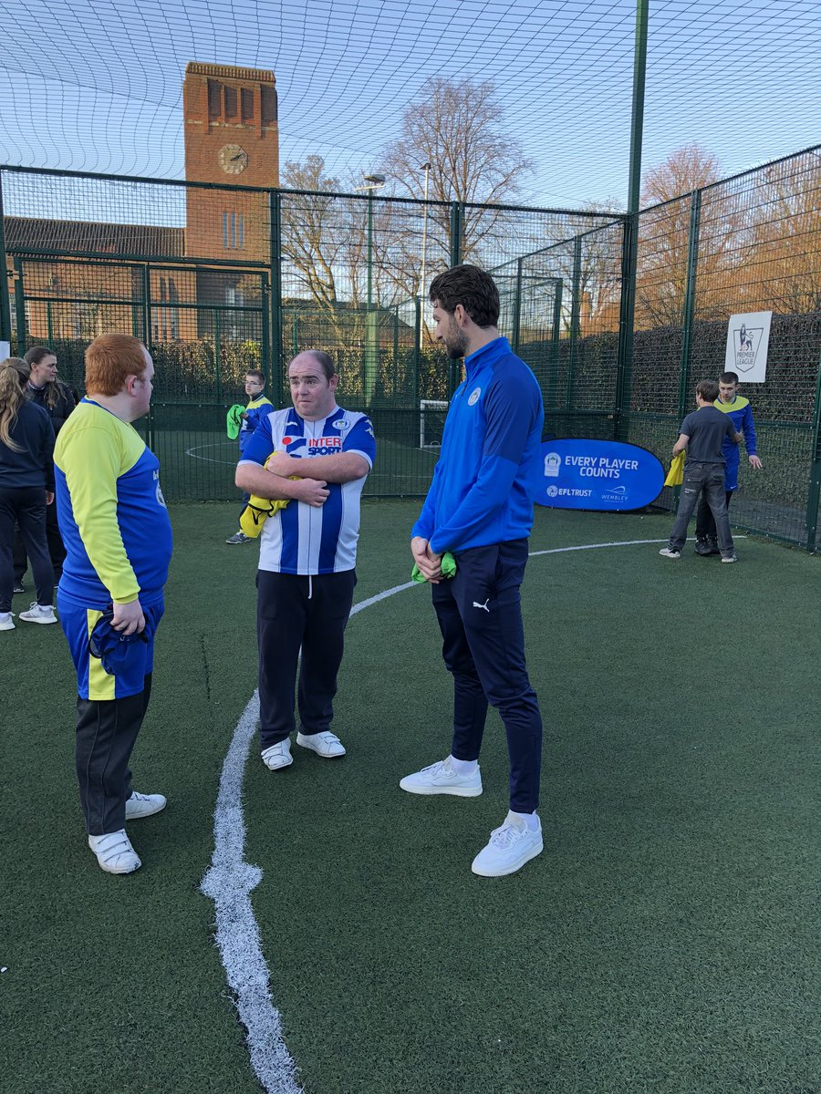 🌟 We have a special guest appearance from @LaticsOfficial defender @charlie_mulgrew! He has been taking part in some small sided games and meeting everyone here 😁 #EFLDayofDisabilities | #wafc 🔵⚪️💚