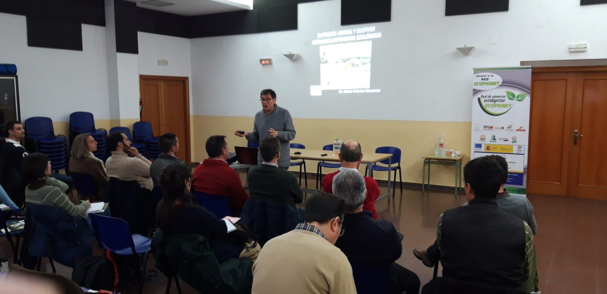 Carlos Palacios, de la @usal, completa las ponencias de @ecopionet con una comparación de herbáceos para alimentación animal en convencional y en ecologico. El resultado: las #leguminosas de variedades locales ecológicas tienen mas contenido nutritivo en general. #Ecopionet https://t.co/BEyRE8rc88