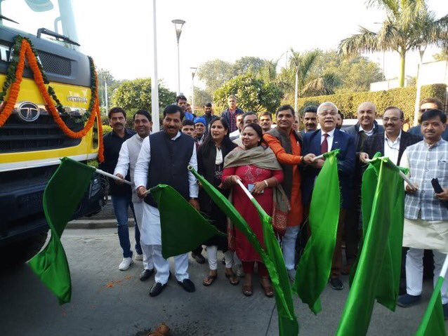 Mitigating pollution & providing effective cleaning had been the priority for all municipal corporations & ULBs in Delhi.  I was delighted to flag off 6 mechanical road sweepers, 17 tractors with water tankers, 2 super sucker machines & 26 CNG powered trucks for the SDMC areas.
