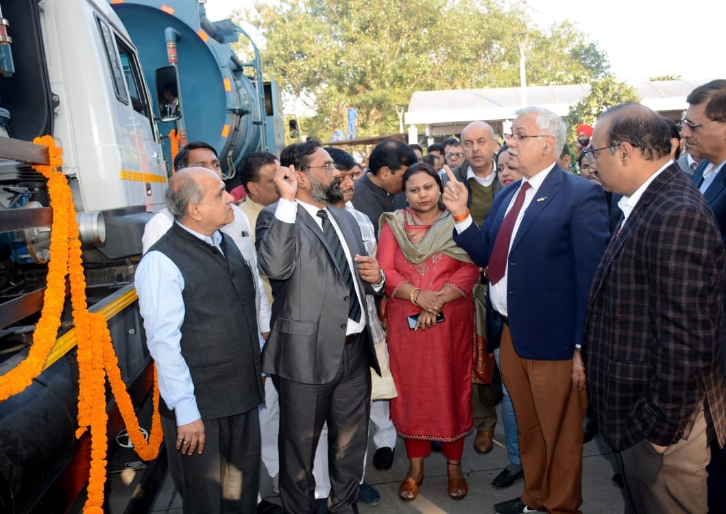 It was great to witness how SDMC Commissioner, Gyanesh Bharti has been taking up new initiatives & practices to lead in Swachhata efforts. Machineries inducted will be deployed in inaccessible areas & will help in cleaning of silted drainage which was otherwise a difficult task.