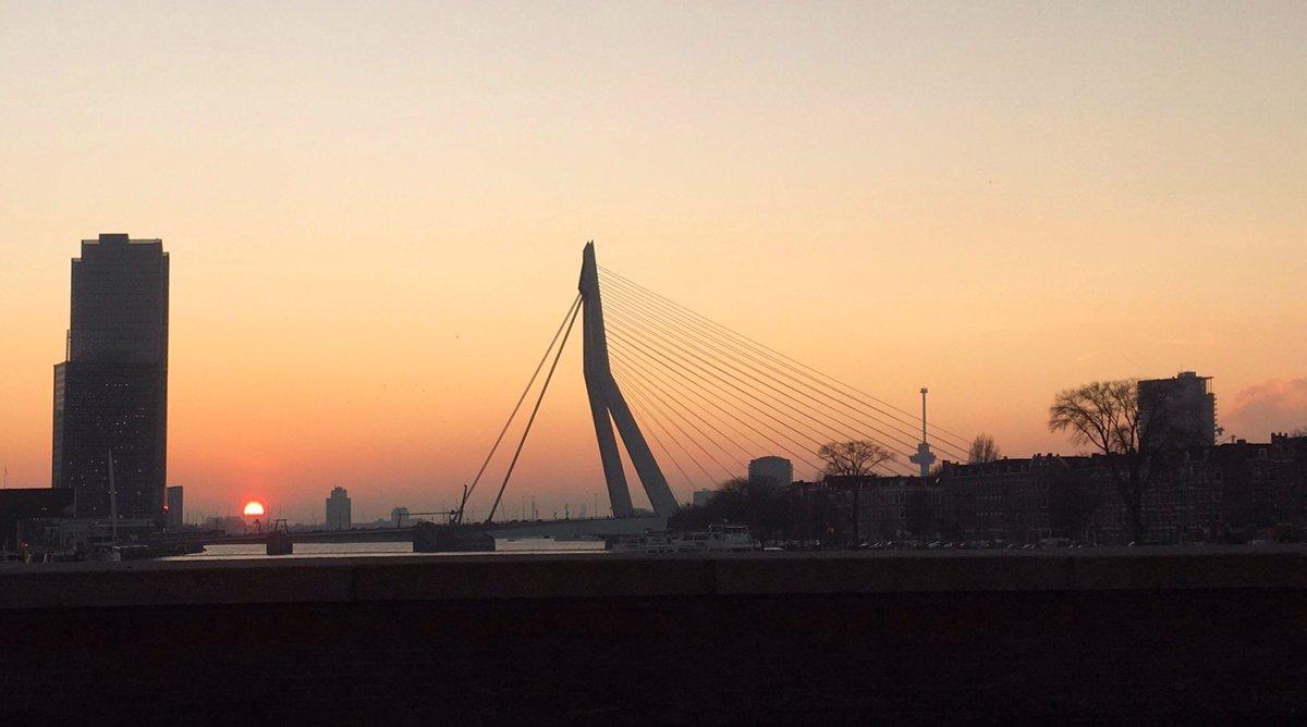 De #zonsondergang in #Rotterdam was vanmiddag toch 'ja ech wel' mooi. Ja dan, niet dan? Toch? #Erasmusbrug  @EdAldus @erasmusuni