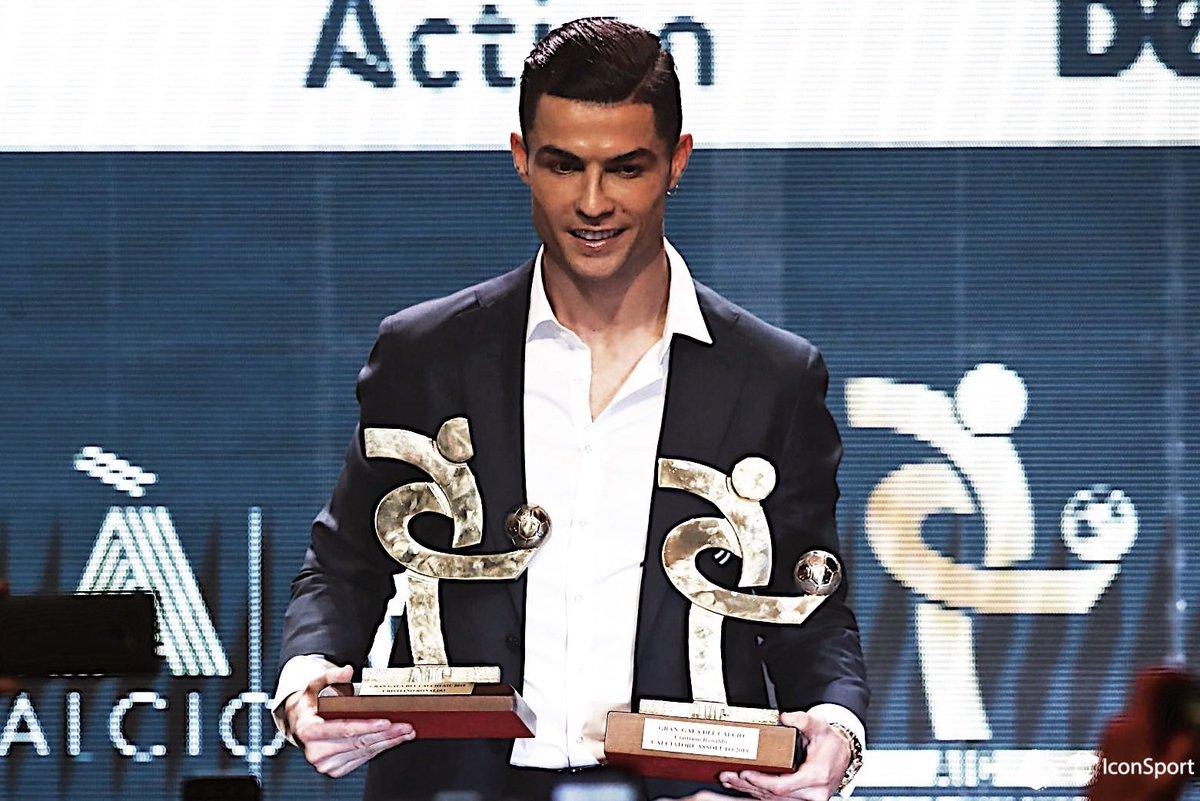 [#Record🏅] Cristiano Ronaldo🇵🇹 est devenu le 1er joueur de l'histoire a être élu «joueur joueur de l'année» dans ces 3 championnats 🇬🇧 Joueur de l'année en PL 🏅 🇪🇸 Joueur de l'année en Liga 🏅 🇮🇹 Joueur de l'année en Serie A 🏅