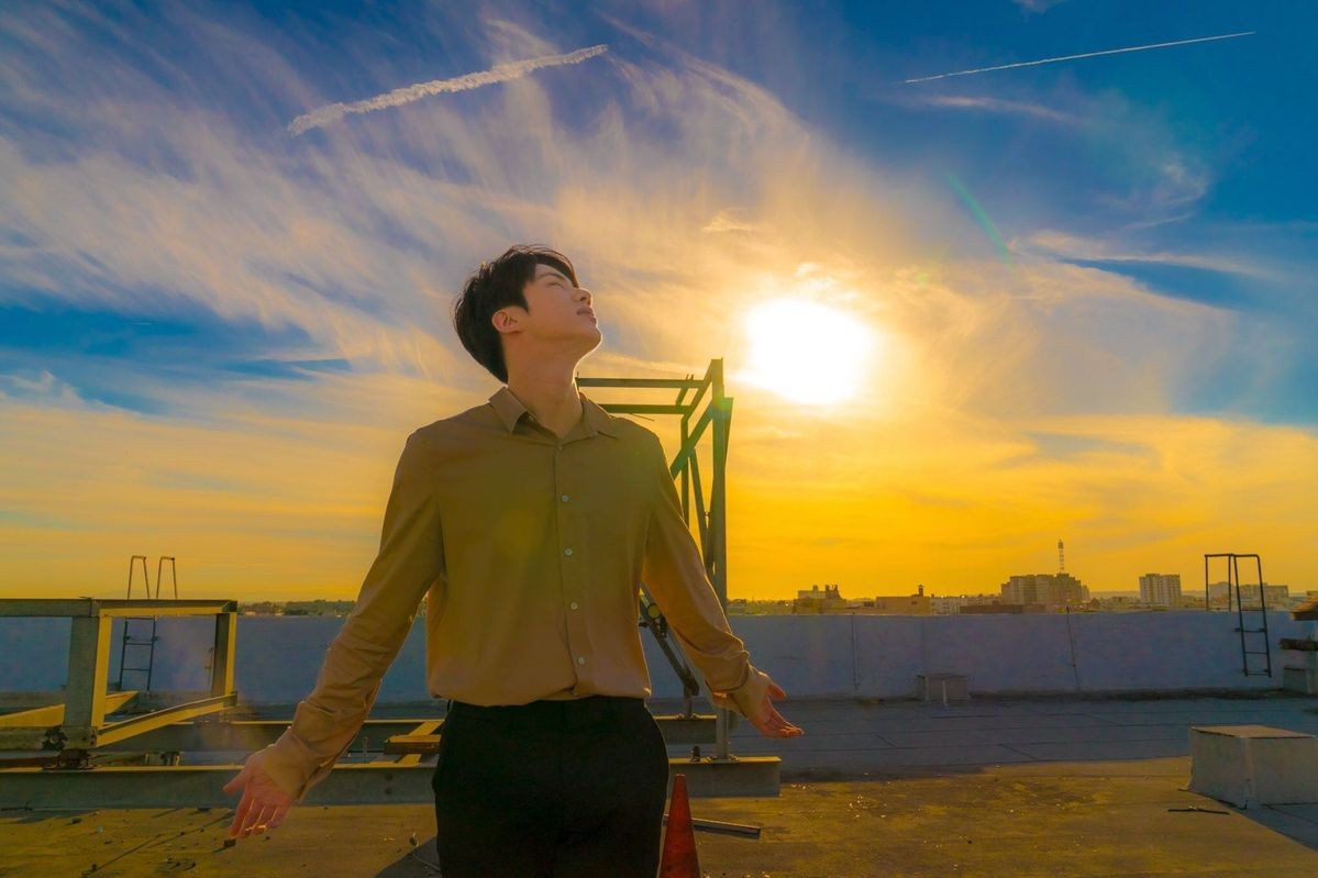 Y mientras observo el cielo, me siento un poco más cerca de tu abrazo, cómo si el viento que sopla me acurrucara en tu nombre, y me recordara que a pesar de la distancia, compartimos el mismo universo. Feliz cumpleaños Jin @BTS_twt #HAPPYJINDAY #RockJinDay #JinOurDecemberStar