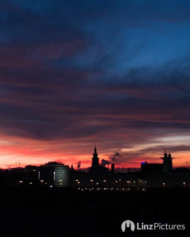 🌤️⛅🌥️...#linz #winter #linzadvent #linzpictures #igerslinz #linzer #upperaustria #oberösterreich #view #blick #smoke #co2 #city #sun #mood #instaweather #igersaustria #stars #citylife #nature #morning #travel #wanderlust #outdoor #officeview #skyline #morningcoffee