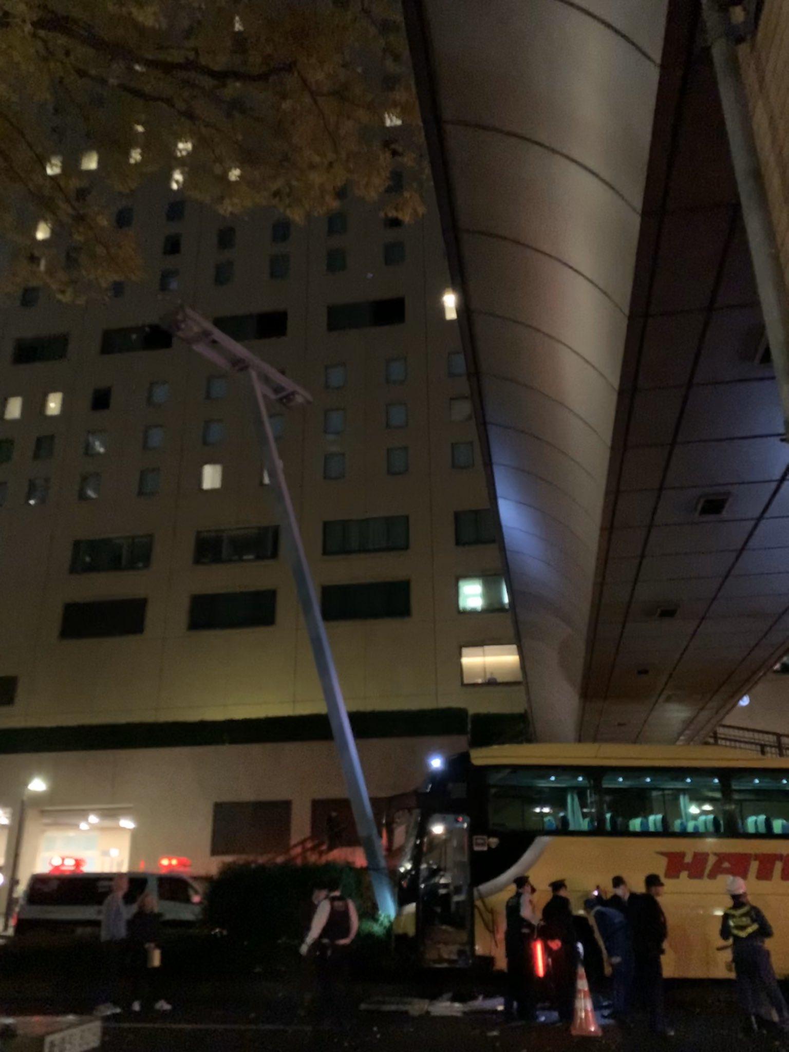 新宿の交通事故で中央分離帯に乗り上げ停車している画像