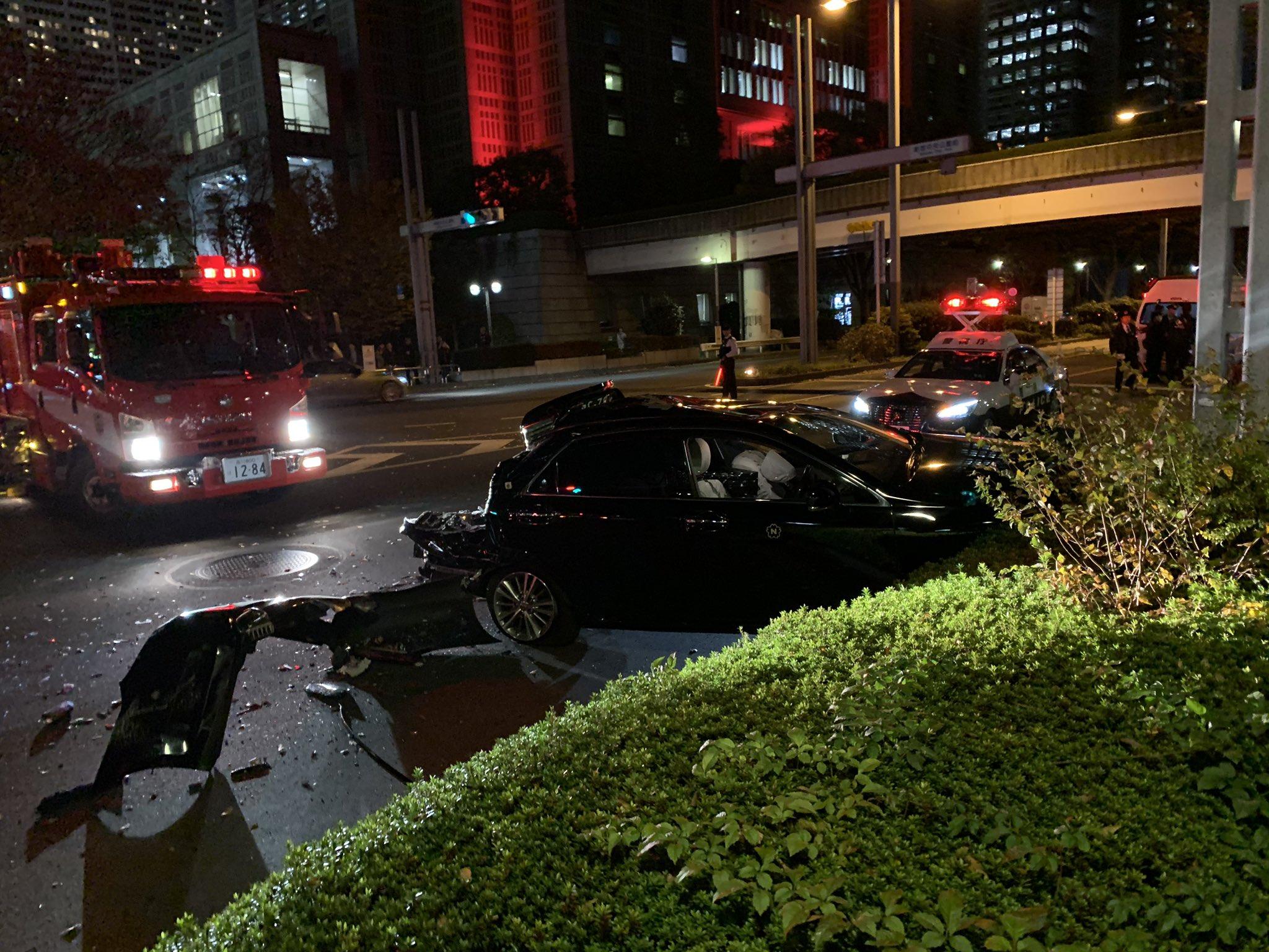 新宿の都庁前でバスとタクシーの衝突事故現の画像