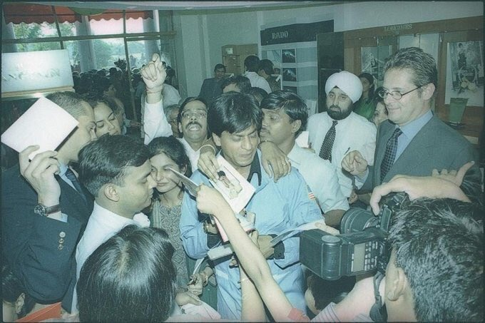 #SRKFlashback - King Khan signing autographs for all his fans at an event in MUMBAI! ❤️