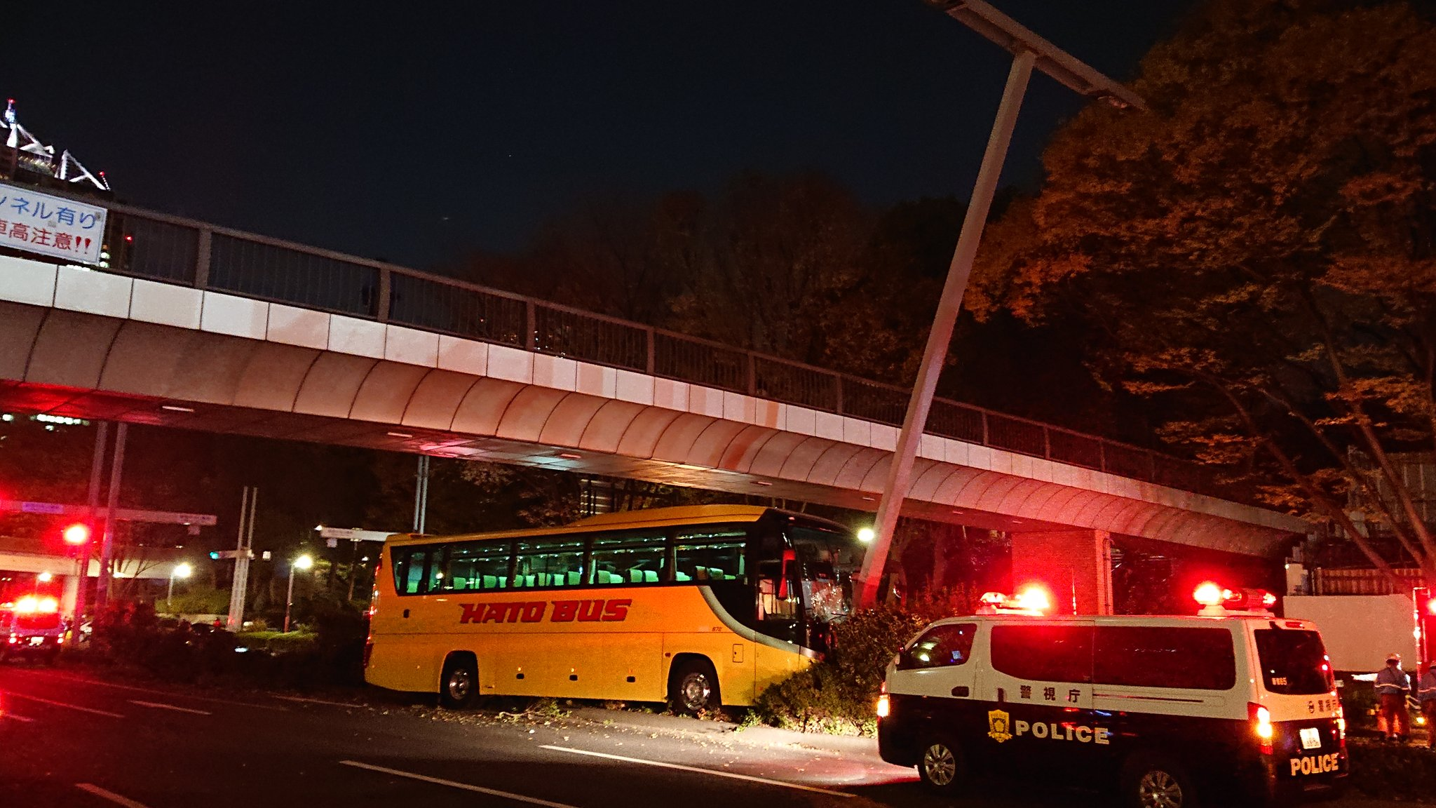 都庁前のはとバスとタクシーの衝突事故で救助活動中の画像