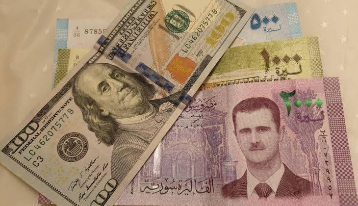 After the collapse of the #Syrian_pound in the past few days, the counterfeit currency spread widely in the markets of the city of #Raqqa. #Syria #SDF