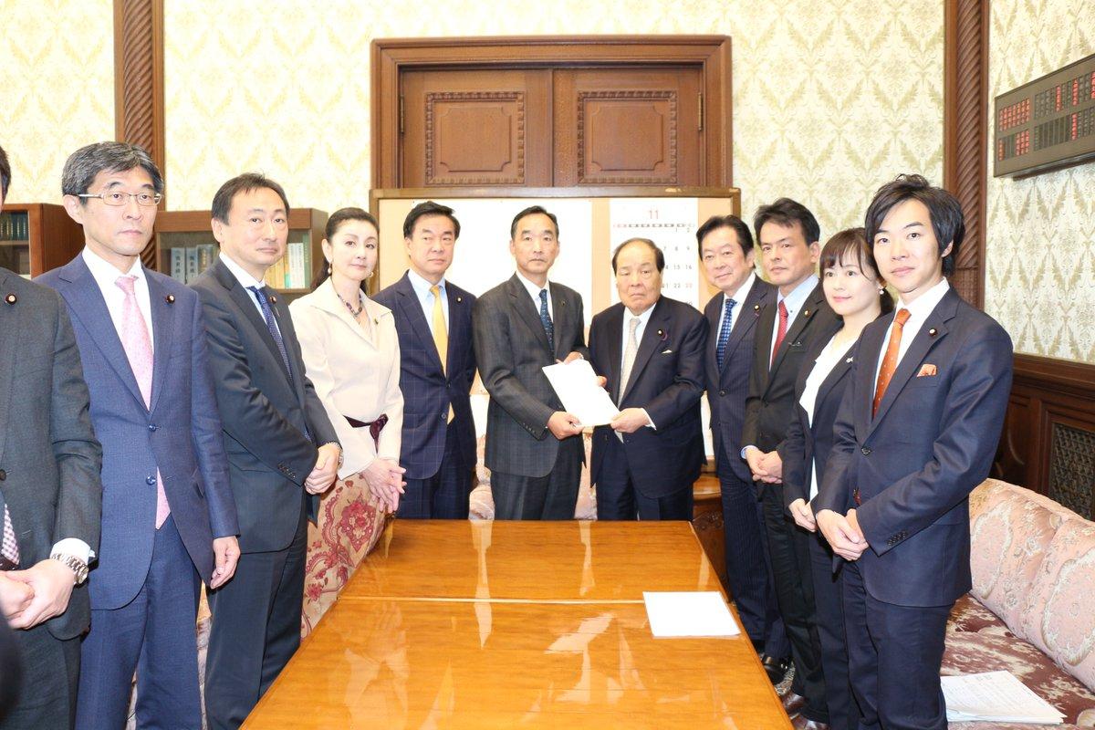 12/4(水)、わが党から、香港情勢に関する決議文(案)を参議院事務総長へ提出しました。  最近の香港情勢に対して強い懸念を表明するとともに、 一刻も早い事態の収拾を望みます。  下記、提出決議文(案)公開中です。 https://o-ishin.jp/news/2019/12/04/5992.html…