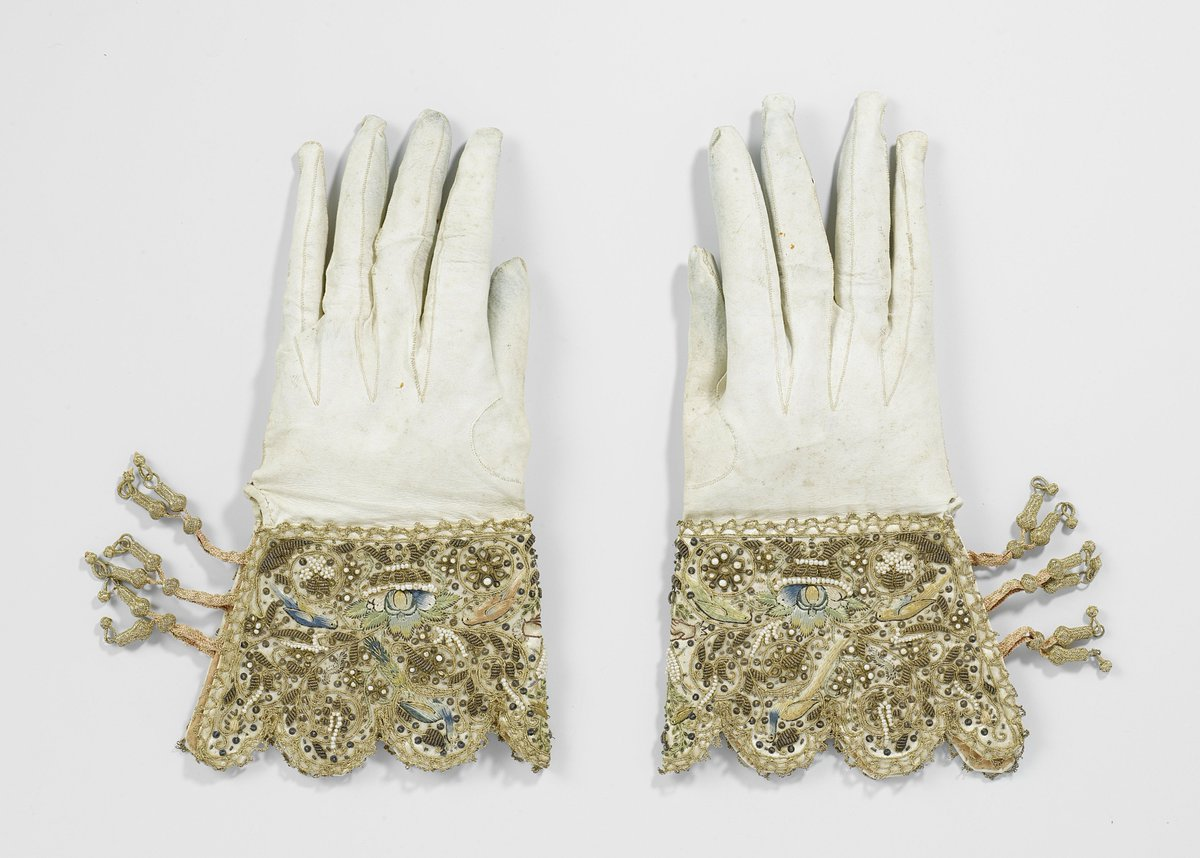 Day 4 of The Seventeenth Century Lady's #17thCentury Advent Calendar A pair of exquisitely embroidered wedding gloves from 1622—made from chamois leather and silk. Rijksmuseum, Amsterdam. <br>http://pic.twitter.com/cndKTDXGR9