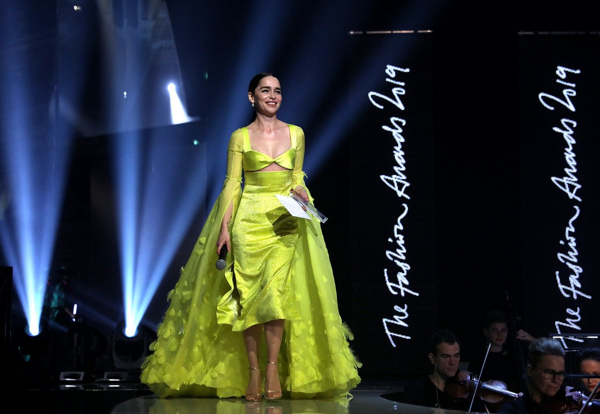Emilia Clarke announcing @sammcknight1 as the Isabella Blow Award for Fashion Creator winner at The #FashionAwards 2019. To see the full list of awards and winners, visit bit.ly/363u3xk
