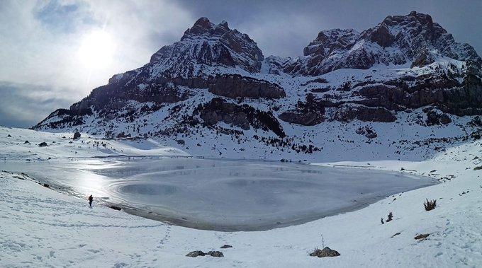 El ibón de Piedrafita, uno de los más accesibles del Pirineo aragonés, parece una joya, una lágrima que han desprendido las montañas 😀. Así está ahora mismo, con el camino 100% accesible para montañeros y senderistas. #LoveAragón #ValledeTena