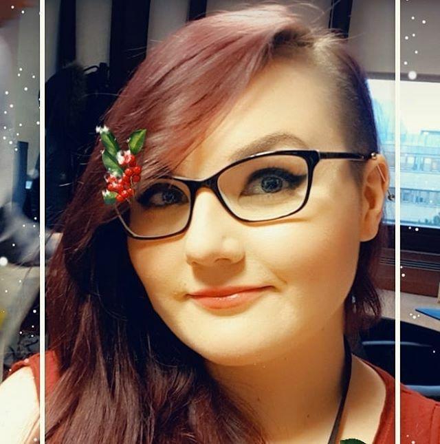 Feeling the Christmas vibe y'all #snapchatfilter #christmas #feelingit #selfiegram #holly #myface #red #girlswithglasses #girlswithshavedhair #workselfie #lunchbreak