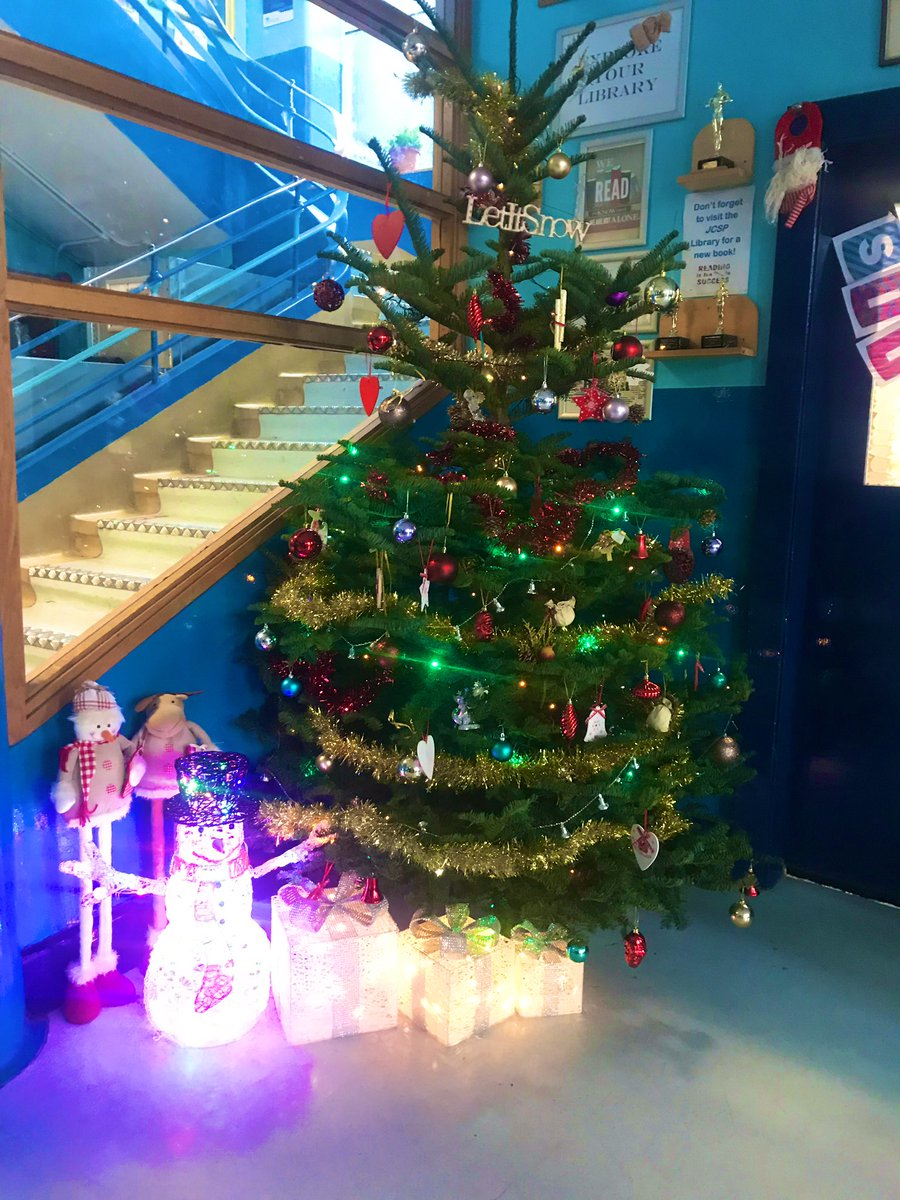 Our 6th Year LCA students added some wonderful Christmas cheer to Marino College today. Special thanks to Dominique, Cian & Sophia for their artistic direction - looks amazing! #HolidaysAreComing <br>http://pic.twitter.com/lom7ZYPL6C