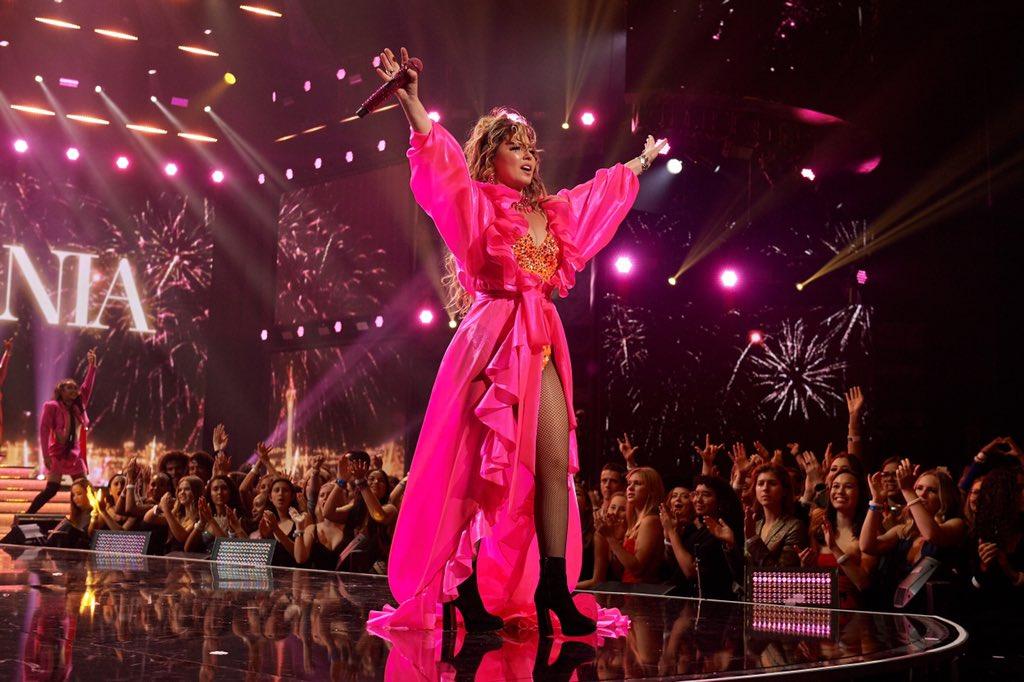 On Wednesdays, we wear pink 💖 @ShaniaTwain #AMAs
