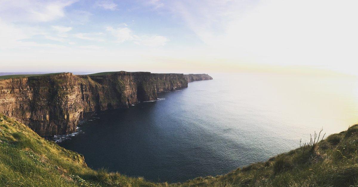 Klippen, die senkrecht ins Meer fallen - das findest du in Galway! 🌊 #trasty #travelstory #visitireland #galway #reisen #reisefieber #reisenmachtglücklich #weltenbummler https://t.co/drwmhHZgqT