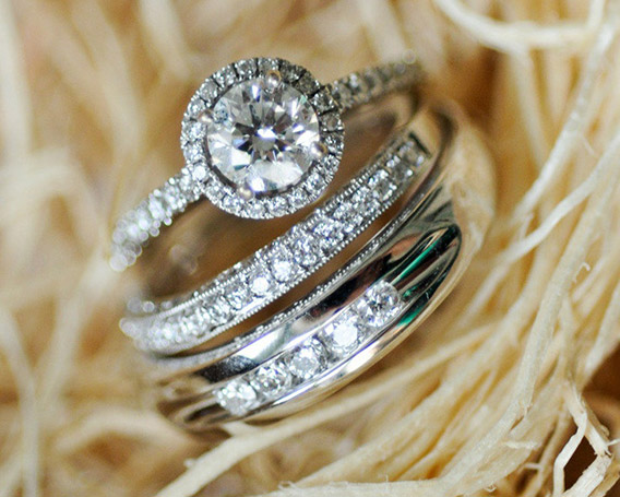 Aquí  👍👍💍 Anillos de Boda Elegantes #boda #anillosdeboda #amor https://anillosdebodaweb.com/elegantes/ 👌👌👌❤😃 Los anillos de boda elegantes son joyas caracterizadas por sobresalir en varios aspectos como la  ..